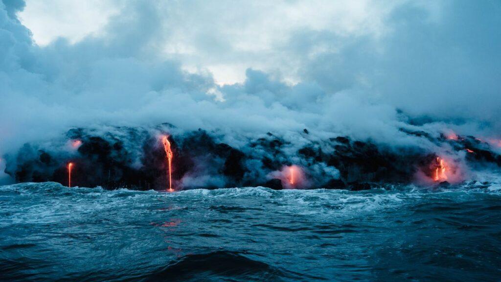 Lawa wpadająca do oceanu