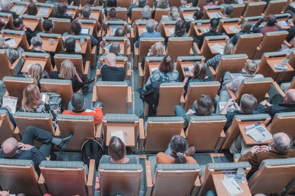 Ludzie na sali wykładowej