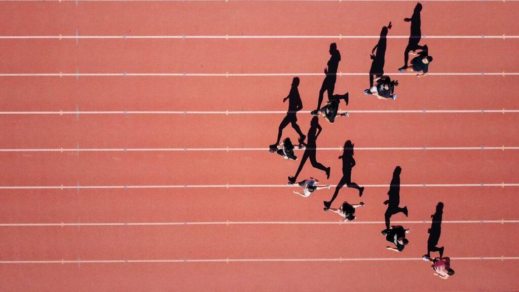 Biegnące cienie biegaczy w sprincie