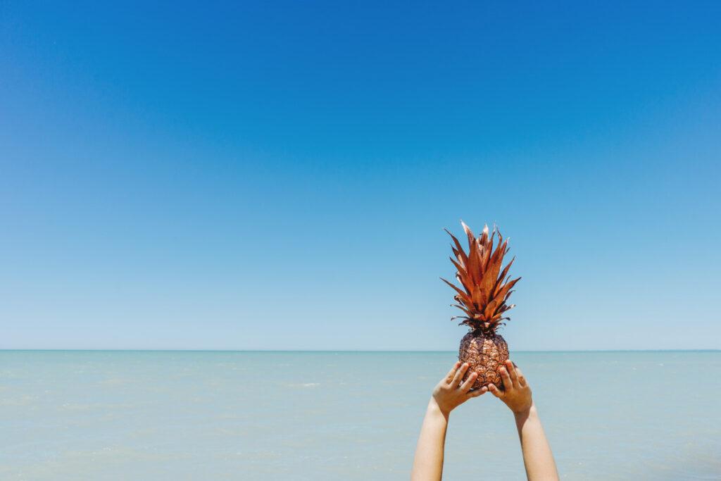 Ananas na tle morza